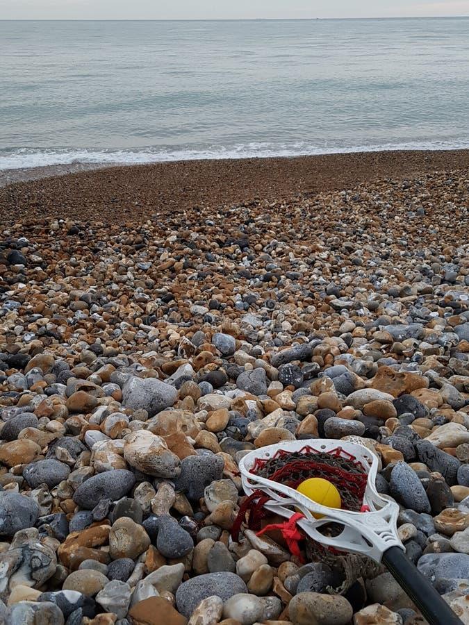 Spiaggia con il bastone di lacrosse fotografia stock
