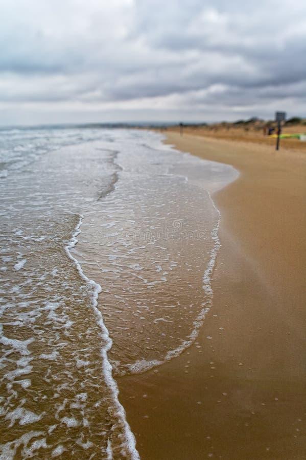 Spiaggia con il cielo drammatico immagine stock