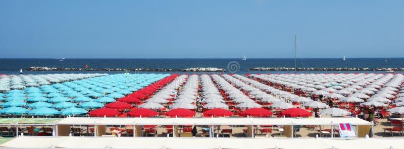 Spiaggia con il lettino ed ombrello in Cattolica, vicino a Rimini e a Riccione, Emilia Romagna, Italia fotografia stock