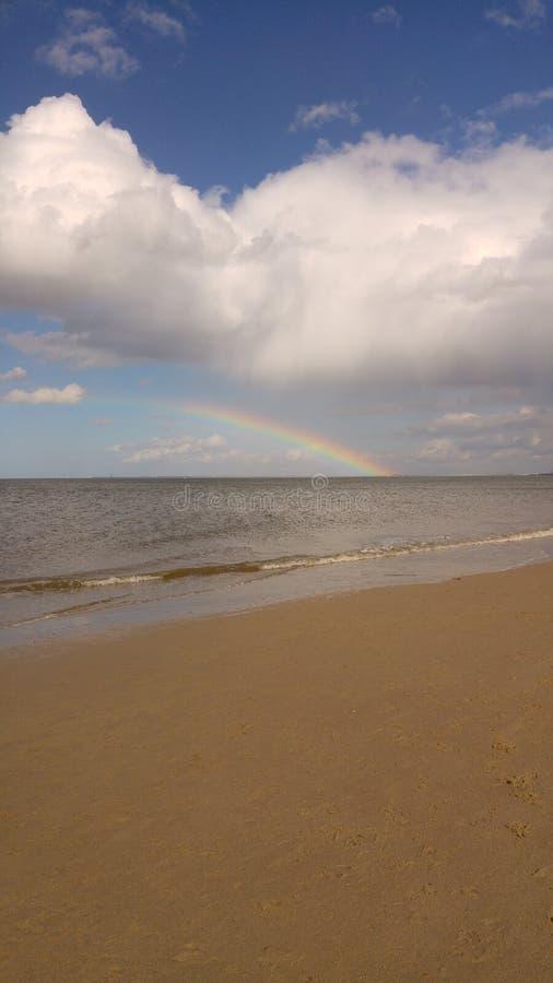 Spiaggia con l'arcobaleno immagini stock