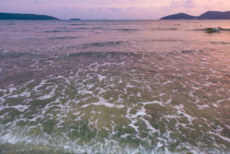 Spiaggia con l'onda del sofe nel tempo di tramonto fotografia stock