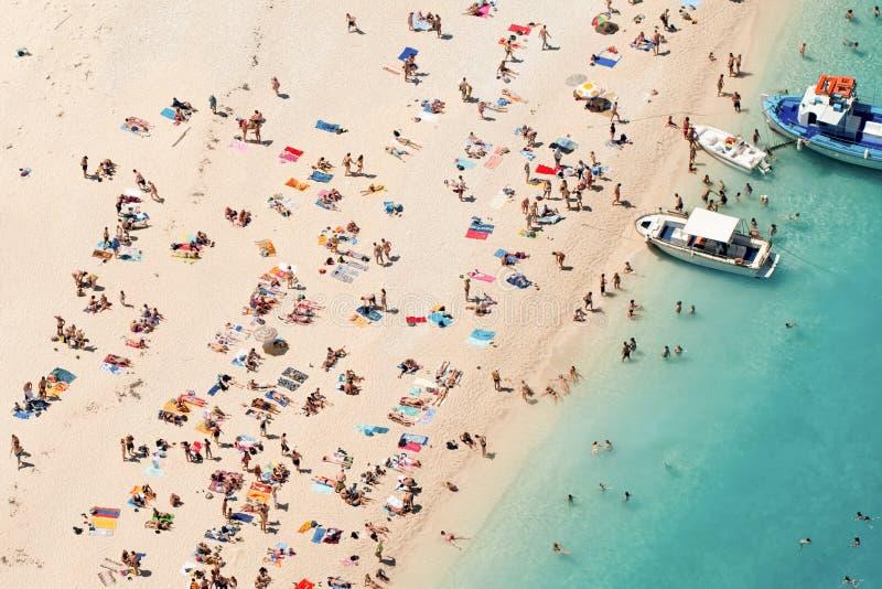 Spiaggia con la gente fotografia stock