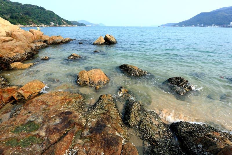 Spiaggia con la roccia fotografia stock