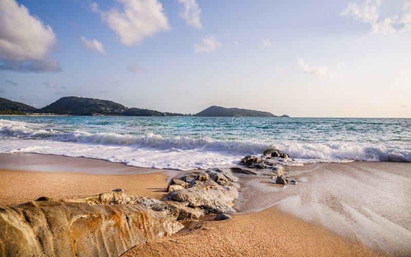 Spiaggia con la sabbia ed il cielo bianchi nella stagione estiva fotografia stock libera da diritti