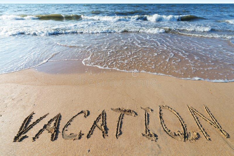 Spiaggia con la vacanza di parola della sabbia fotografia stock
