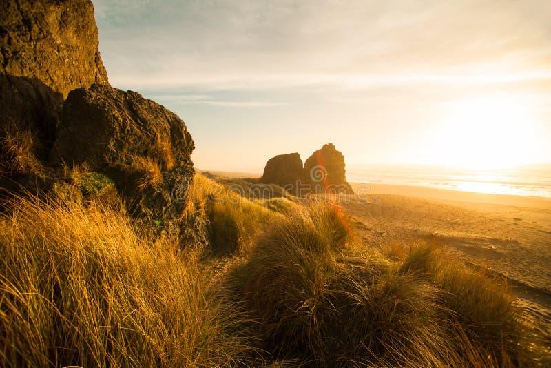 Spiaggia con le grandi rocce Alba alla costa dell'Oregon fotografie stock libere da diritti
