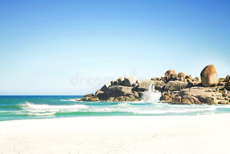 Spiaggia con le onde fotografie stock libere da diritti