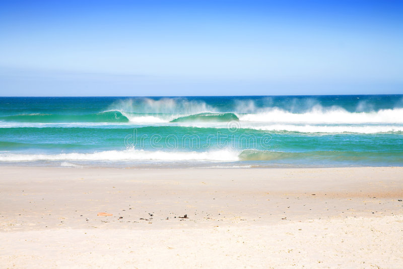 Spiaggia con le onde immagini stock