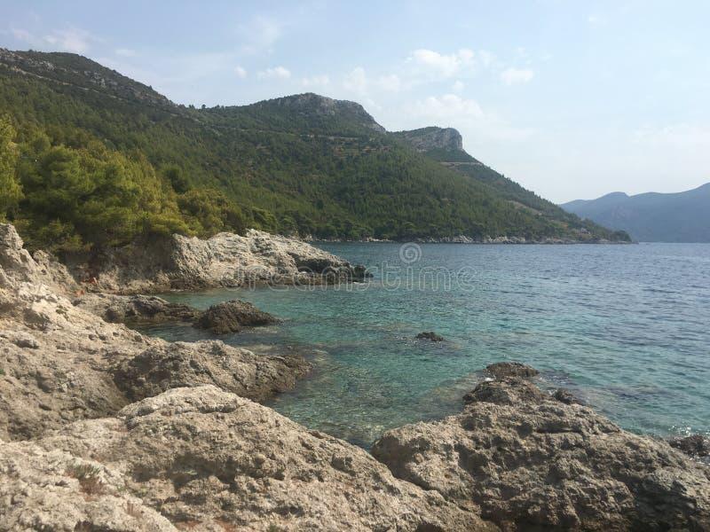 Spiaggia con le rocce immagine stock