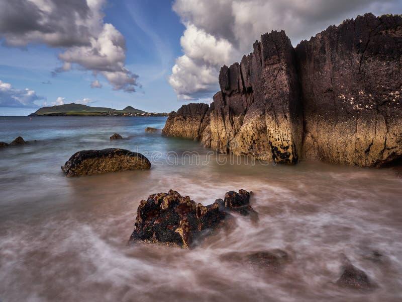 Spiaggia con le rocce drammatiche in Irlanda occidentale immagini stock libere da diritti