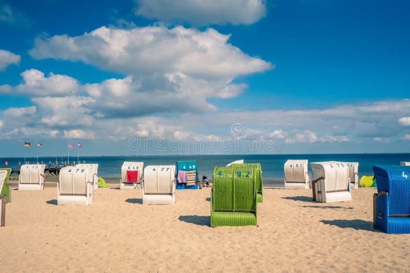 Spiaggia con sedili tradizionali sull'isola tedesca del Mare del Nord immagini stock libere da diritti