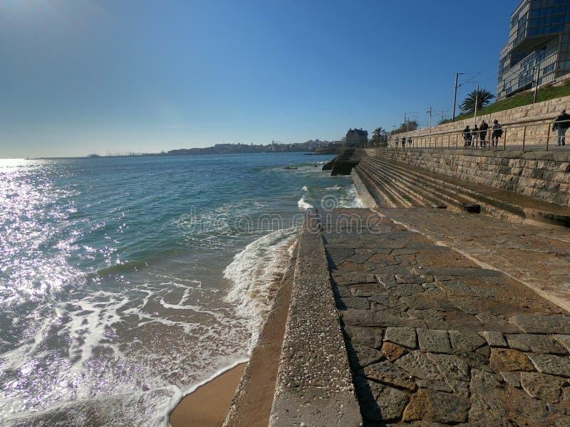 Spiaggia costiera di Estoril Portugal fotografia stock libera da diritti