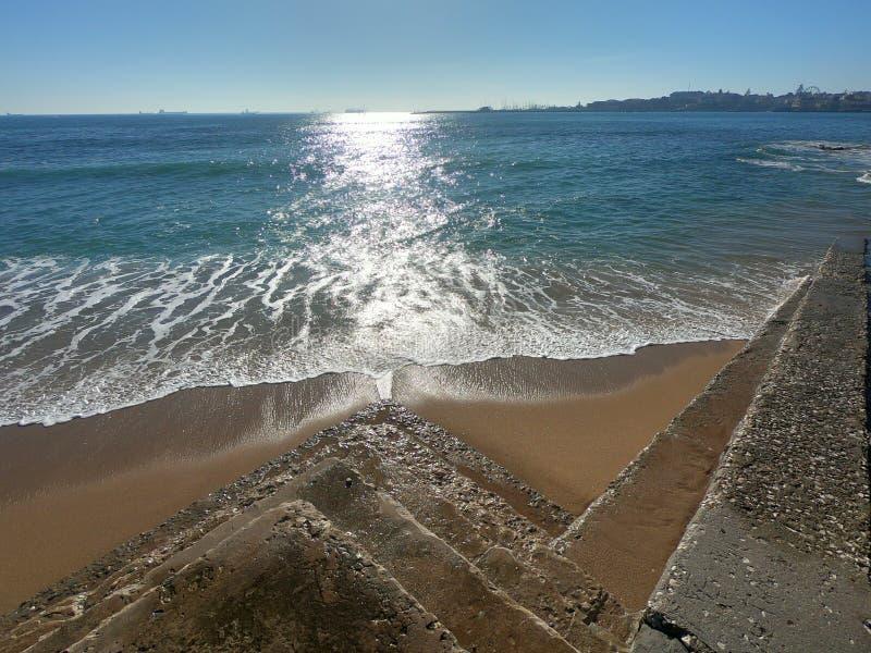 Spiaggia costiera di Estoril POtugal fotografia stock libera da diritti