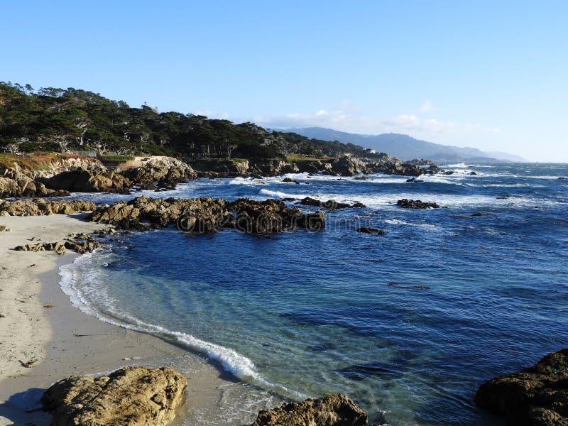 Spiaggia costiera lungo l'itinerario 1 di California fotografie stock