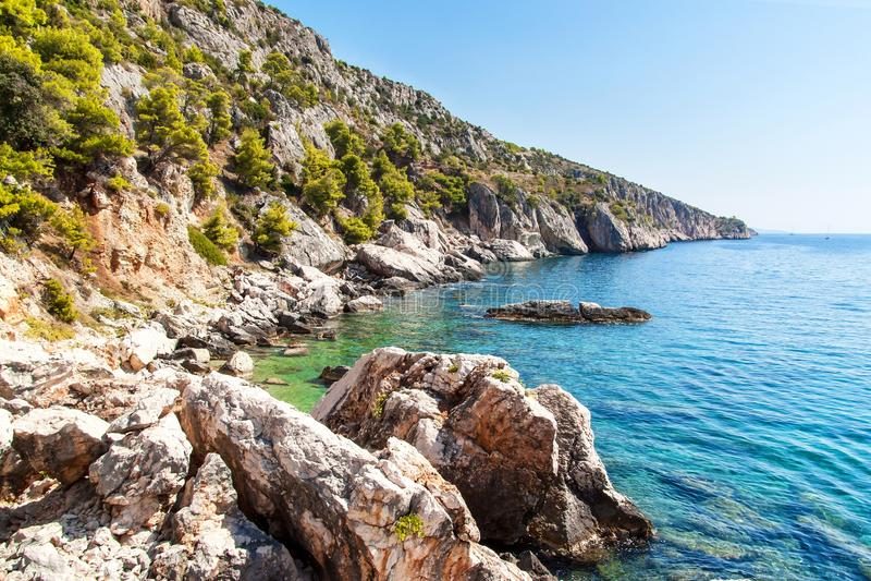 Spiaggia croata Costa dell'isola di Hvar Saluti dal mare Mare e rocce in Croazia Paesaggio del mare adriatico Riassunto caldo fotografia stock