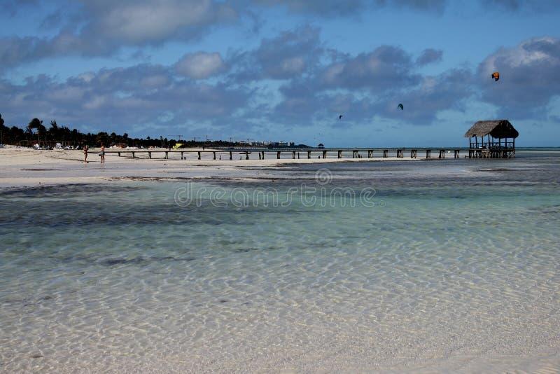 Spiaggia cubana Acque del turchese, sabbia bianca e sport acquatici fotografia stock