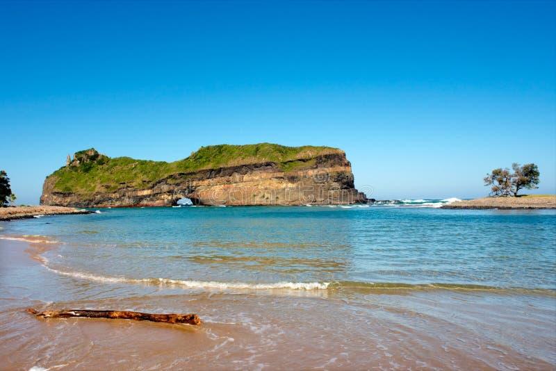 Spiaggia davanti al foro nella parete immagini stock