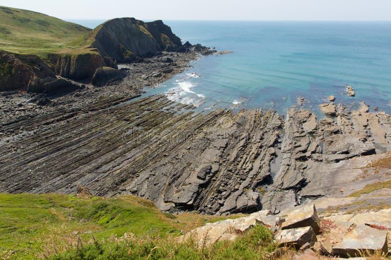 Spiaggia degli strati della roccia nella baia della spiaggia rocciosa fotografia stock libera da diritti