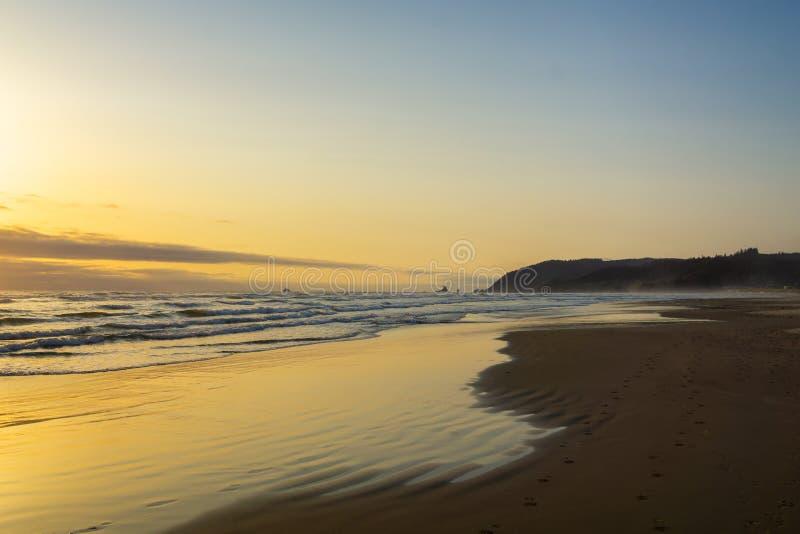 Spiaggia del cannone al tramonto fotografia stock libera da diritti