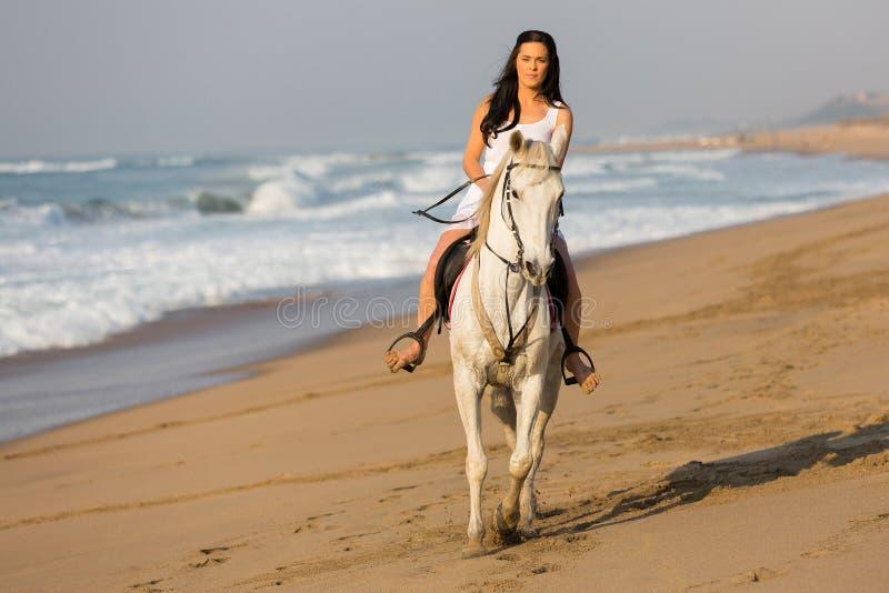 Spiaggia del cavallo da equitazione della donna fotografie stock libere da diritti