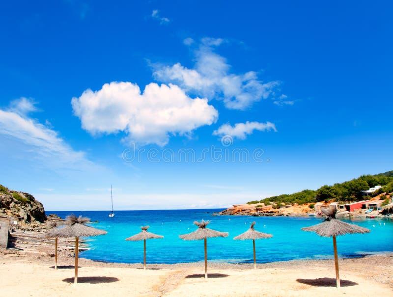 Spiaggia del DES Lleo dell'en Marti Pou del canale d dell'isola di Ibiza fotografie stock