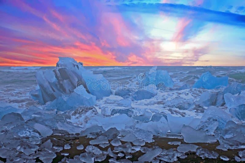 Spiaggia del diamante vicino alla laguna del ³ n del rlà del ¡ di Jökulsà in Islanda al tramonto immagini stock libere da diritti