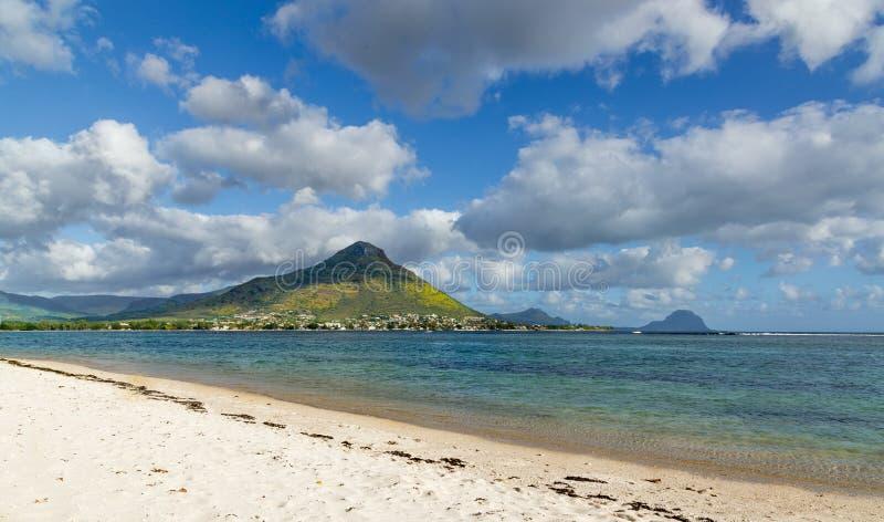 Spiaggia del flac dell'en di Flic che trascura Tourelle du Tamarin Mauritius fotografia stock libera da diritti