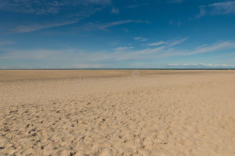 Spiaggia del fondo della sabbia della costa di mare del cielo blu di estate immagine stock