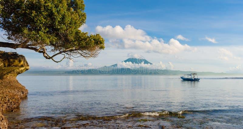 Spiaggia del fungo che sembra del nord verso Bali con il supporto Agung nei precedenti immagine stock