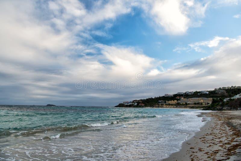 Spiaggia del mare sul cielo nuvoloso nel philipsburg, sint Maarten Vista sul mare con la città sul paesaggio della montagna, natu fotografia stock