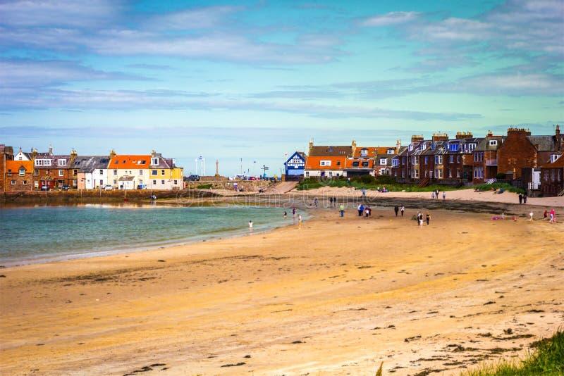 Spiaggia del nord e turisti di Berwick che camminano sulla sabbia, Lothian orientale fotografie stock