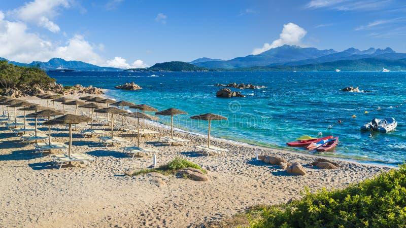 Spiaggia del Pirata Capriccioli, изумительный пляж изумрудного побережья, острова Сардинии, Италии стоковая фотография