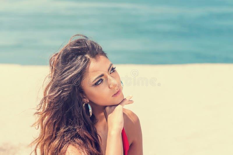Spiaggia del ritratto di bellezza del fronte femminile con pelle naturale Giovani adulti Giorno pieno di sole fotografia stock