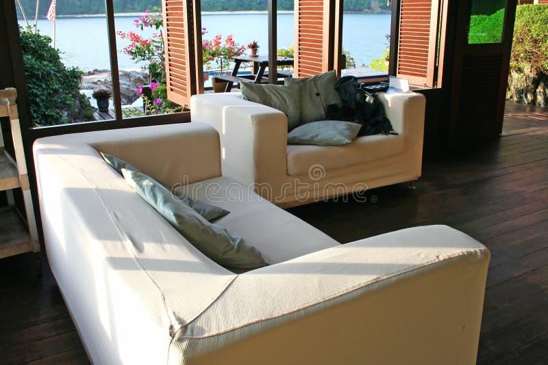 Spiaggia del sofà immagini stock libere da diritti