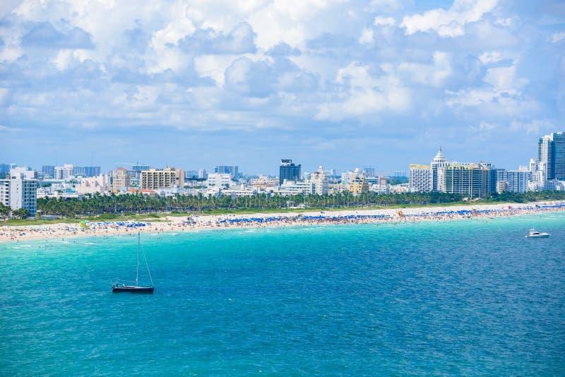 Spiaggia del sud, Miami Beach Costa di Paradise e tropicale di Florida, U.S.A. Siluetta dell'uomo Cowering di affari immagini stock
