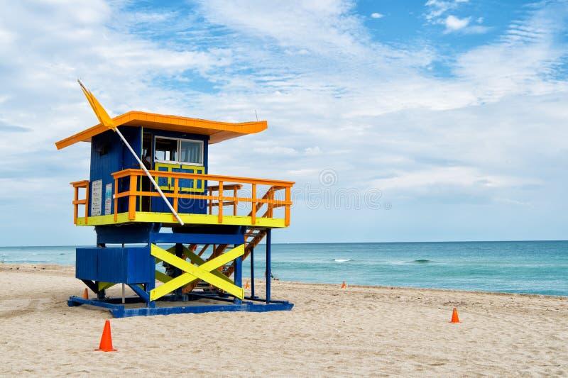Spiaggia del sud, Miami, Florida, casa del bagnino in uno stile variopinto di Art Deco su cielo blu nuvoloso immagini stock libere da diritti