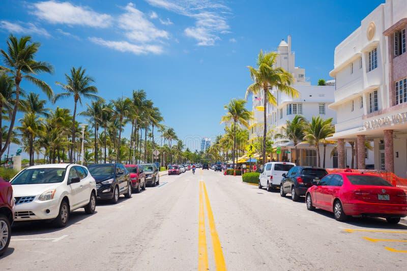 Spiaggia del sud, via dell'azionamento di Miami Beach, oceano, monumenti architettonici di Art Deco Hotel e ristoranti fotografia stock libera da diritti