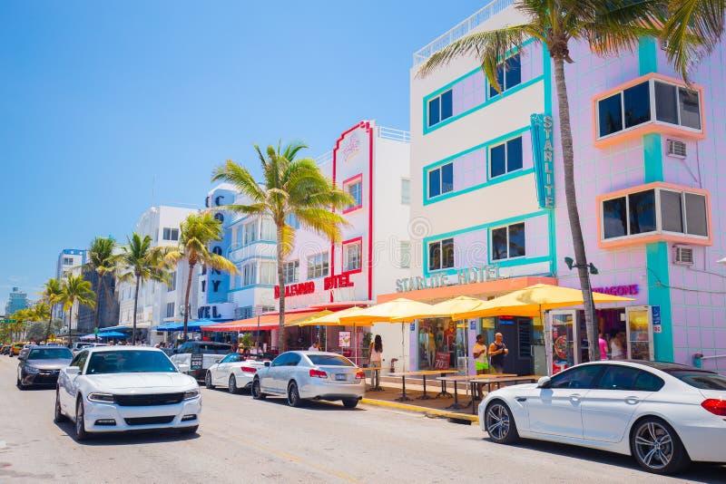Spiaggia del sud, via dell'azionamento di Miami Beach, oceano, monumenti architettonici di Art Deco Hotel e ristoranti fotografie stock libere da diritti
