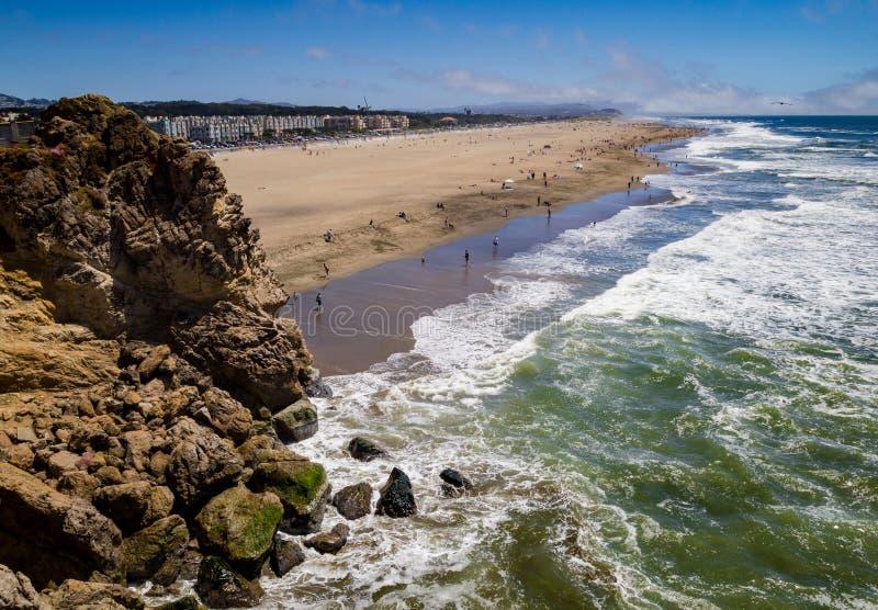 Spiaggia dell'oceano con la scogliera della roccia immagini stock libere da diritti