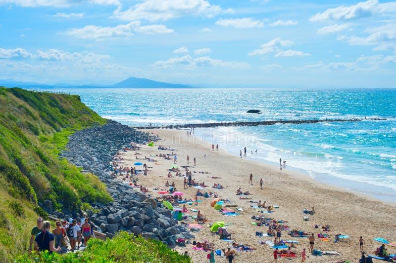 Spiaggia dell'oceano della gente Biarritz, Francia immagini stock libere da diritti