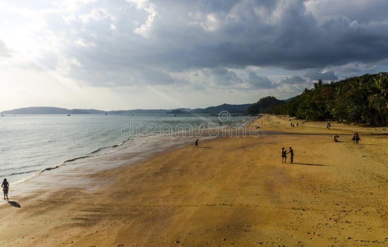 Download Spiaggia Dell'oceano Sul Tramonto. Ao Nang Immagine Stock - Immagine di idilliaco, backgrounds: 30828801