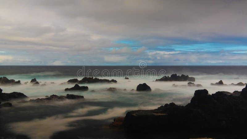 Spiaggia della baia delle colombe di Pombas aka, biscoitos, isola di Terceira, Azzorre, Portogallo immagini stock libere da diritti