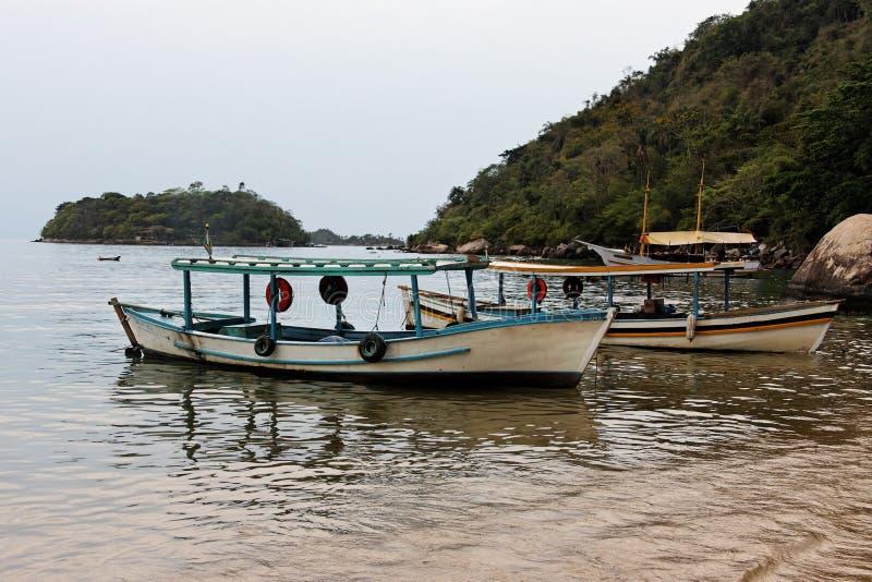 Spiaggia della baia di Paraty e barche Rio de Janeiro Brasile immagine stock libera da diritti