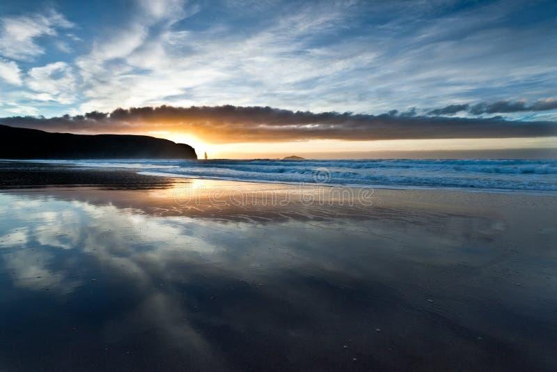 Spiaggia della baia di Sandwood sopra il tramonto fotografie stock