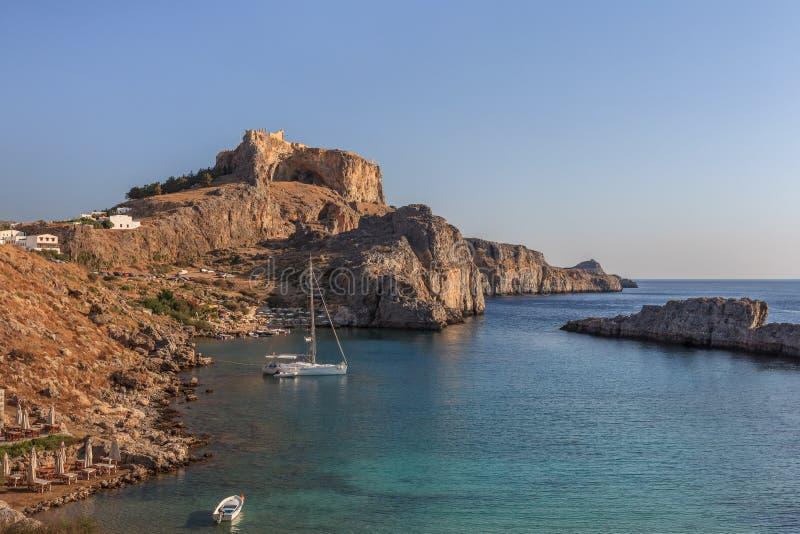 Spiaggia della baia di St Paul in Lindos, Grecia fotografie stock libere da diritti