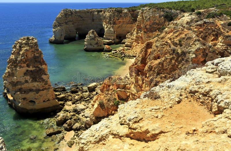 Spiaggia della marina (Praia da Marinha) una delle spiagge più famose del Portogallo, situate sulla costa atlantica in Caramujeir fotografia stock libera da diritti
