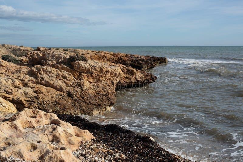 Spiaggia della roccia in Santa Pola fotografia stock