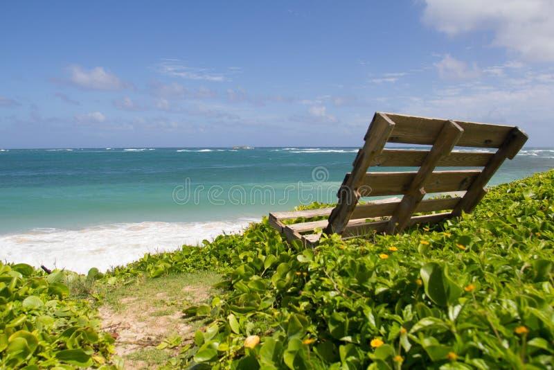 Spiaggia delle Hawai con il banco di legno del pallet DIY immagini stock libere da diritti