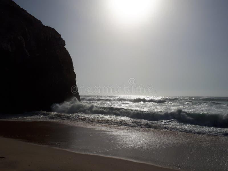Spiaggia di Adraga & x28; Praia da Adraga& x29; , Il Portogallo appena prima il tramonto immagini stock