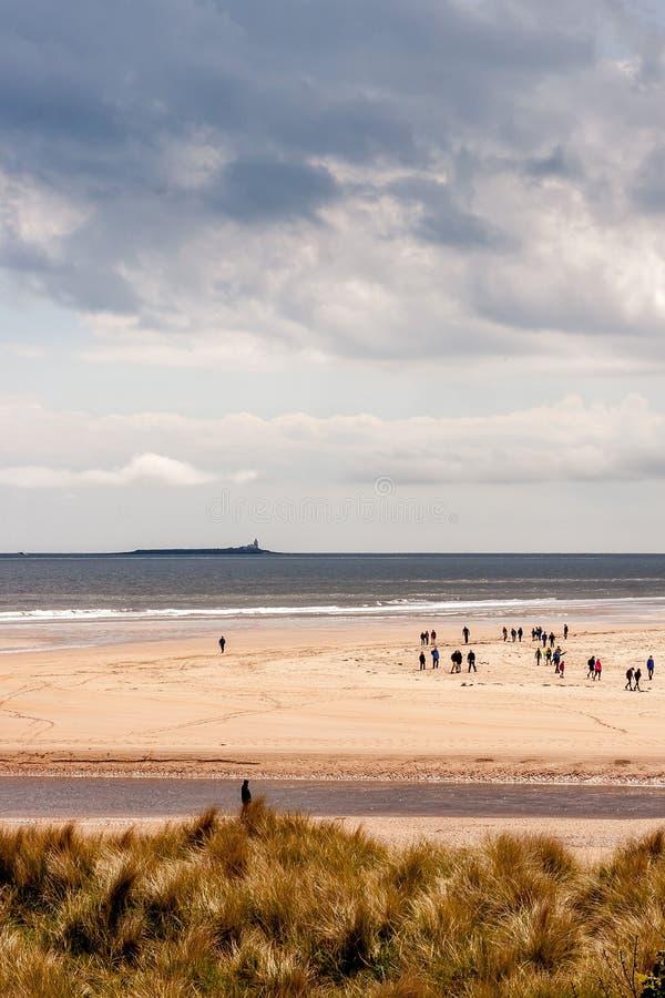 Spiaggia di Alnmouth con la camminata della gente fotografia stock libera da diritti
